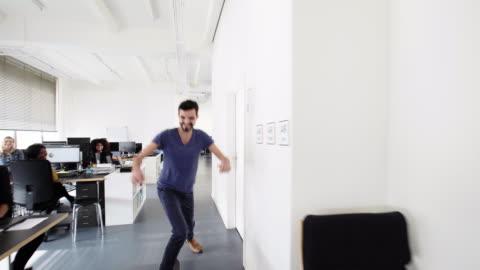 vídeos y material grabado en eventos de stock de joven patinador en el corredor de la oficina - hípster urbano