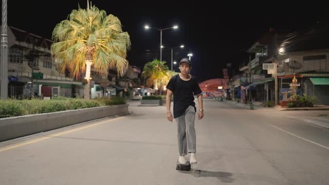 夜の路上で若い男のスケートボード - サウンドトラック点の映像素材/bロール