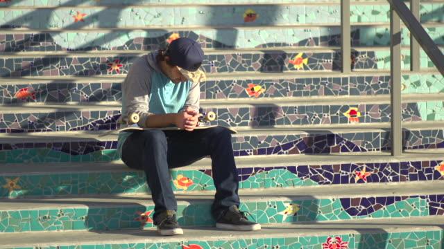vídeos y material grabado en eventos de stock de a young man skateboarding. - slow motion - de cara al suelo
