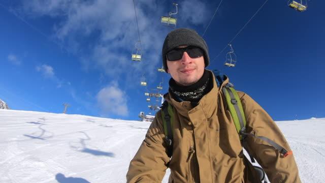 晴れた日にスキーをする若い男 - sunglasses点の映像素材/bロール