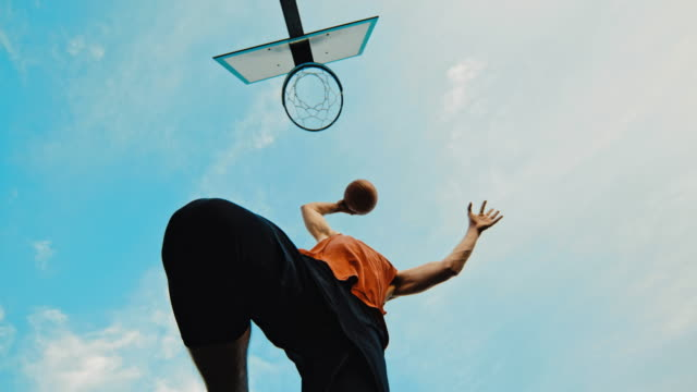 vídeos de stock, filmes e b-roll de ms super slow motion jovem slam dunking basquete - movimento
