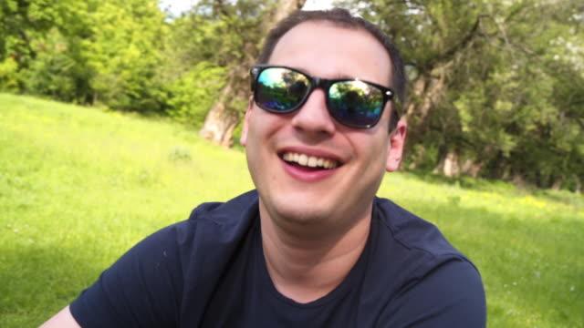 vidéos et rushes de jeune sourire d'homme - seulement des jeunes hommes