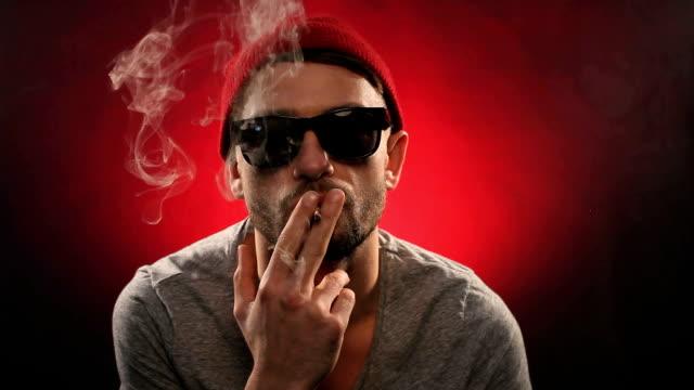 若い男性喫煙)