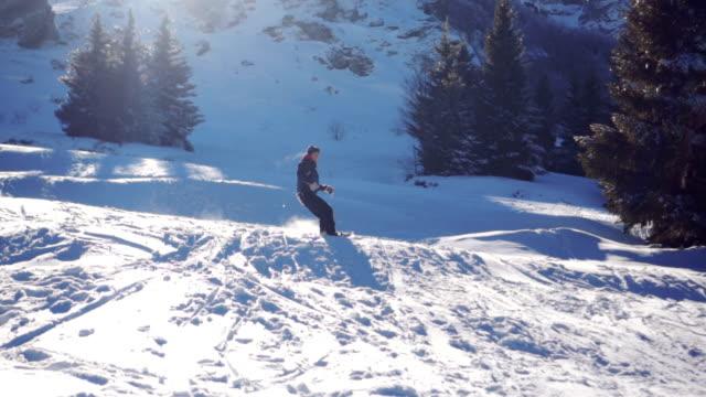 Junger Mann Snowboarden