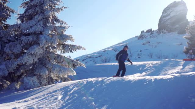 junger mann snowboarden - skijacke stock-videos und b-roll-filmmaterial