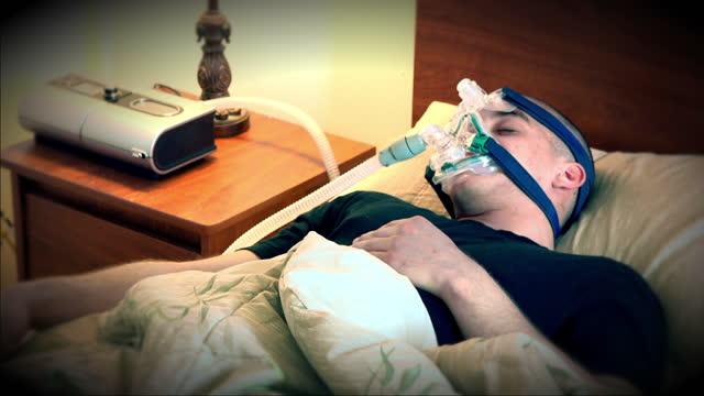 young man suffering from sleep apnea - 無呼吸点の映像素材/bロール