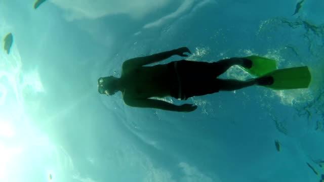 Junger Mann im Meer verwöhnen