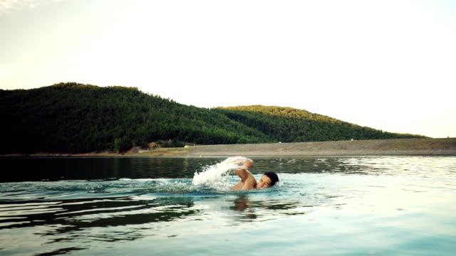 Jeune homme natation