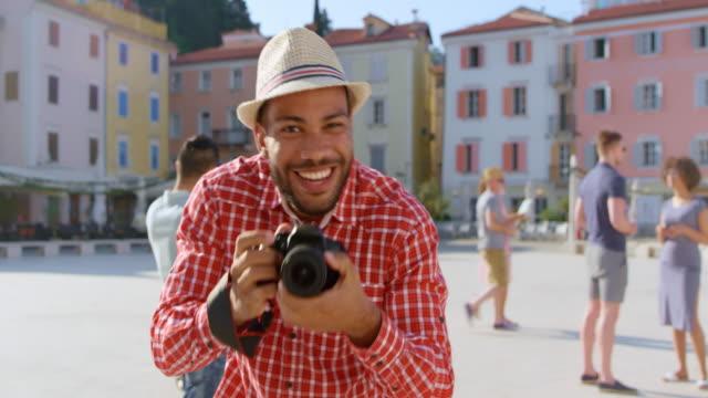 vídeos de stock, filmes e b-roll de pov jovem tirando uma foto de uma pessoa - tirar foto