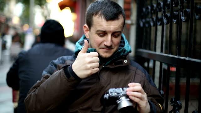 vidéos et rushes de jeune homme prendre une photo - seulement des jeunes hommes