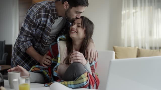 vídeos de stock, filmes e b-roll de jovem, tendo o cuidado de jovem - resfriado