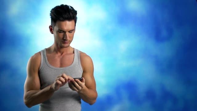 stockvideo's en b-roll-footage met young man text messaging - telefoonhoorn