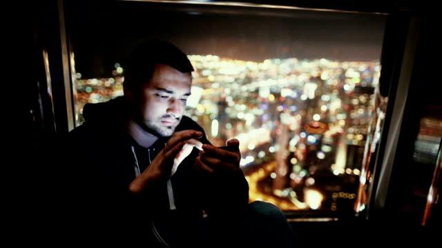 Junger Mann SMS auf das Telefon