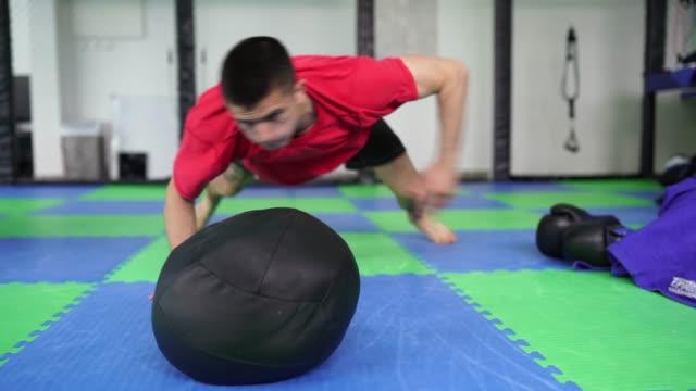 vídeos y material grabado en eventos de stock de joven entrenando duro en el gimnasio - forzudo