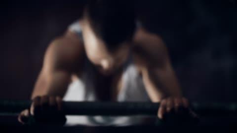 年輕男子體操單杠訓練 - sports training 個影片檔及 b 捲影像