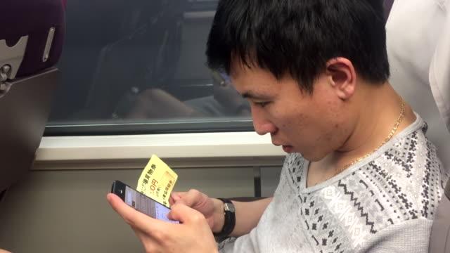 junger mann fährt allein im zug - bahnreisender stock-videos und b-roll-filmmaterial