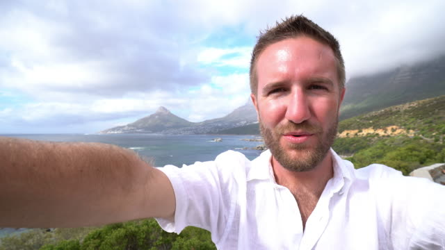 旅行する若い人は、selfie の肖像画 - ライオンズヘッド点の映像素材/bロール