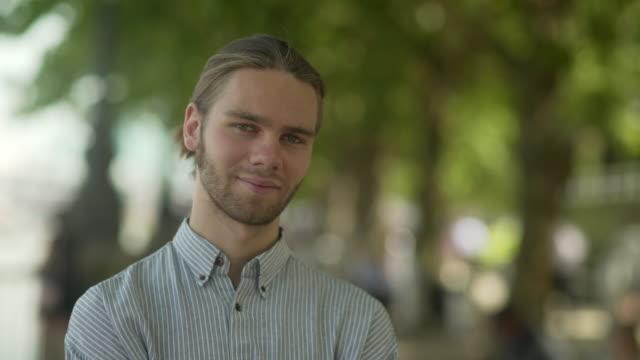 vídeos y material grabado en eventos de stock de retrato de hombre joven árboles urbanos - una persona