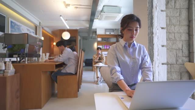 vidéos et rushes de a young man using a laptop, startup business - nez humain