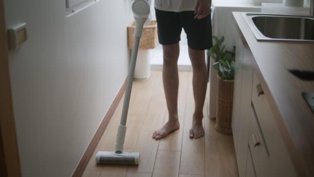 掃除機を使った若い男 - 掃除機点の映像素材/bロール