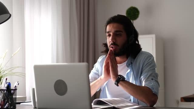 giovane che usa il computer e prende appunti - desktop pc video stock e b–roll