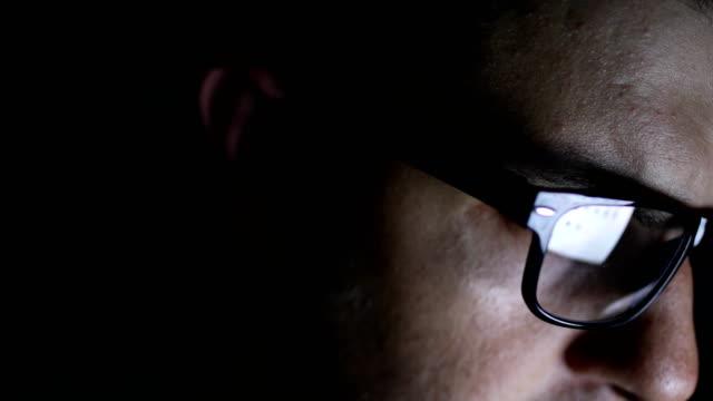 junger mann computer benutzen - lesebrille stock-videos und b-roll-filmmaterial