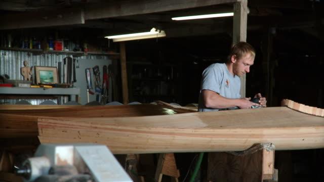 ms young man using electric sander in workshop, live oak, florida, usa - sander stock videos & royalty-free footage