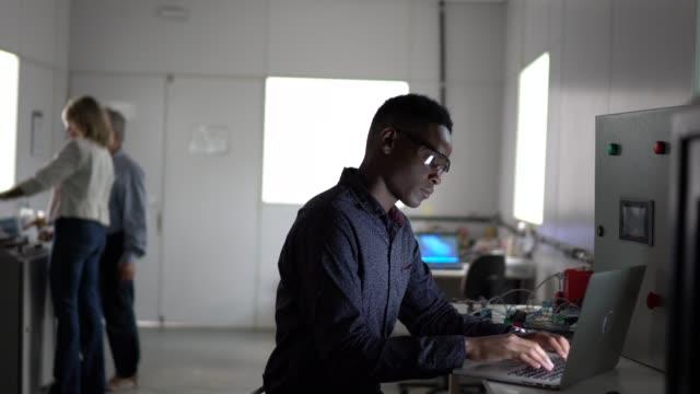 vídeos de stock, filmes e b-roll de homem novo que usa o portátil na indústria - manufacturing occupation