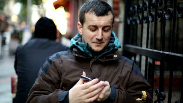 vidéos et rushes de jeune homme à l'aide de téléphone mobile intelligent - seulement des jeunes hommes