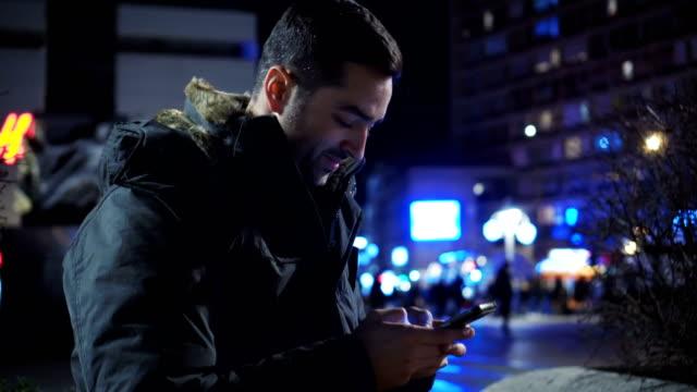 stockvideo's en b-roll-footage met jonge man met behulp van slimme telefoon - ingesproken bericht