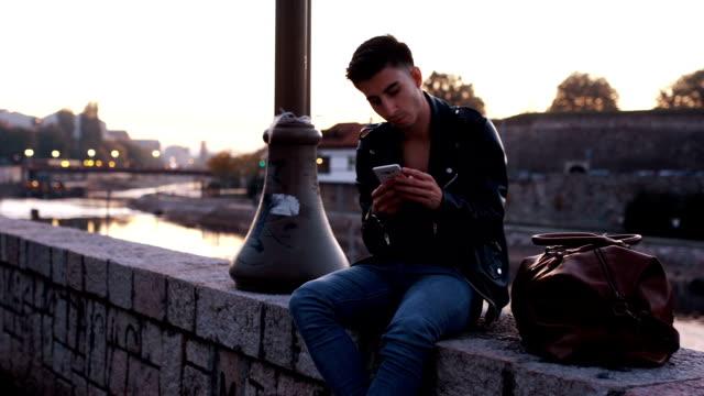 Junger Mann, mit smartphone