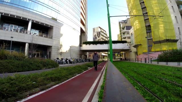 Jeune homme marchant à proximité du tramway