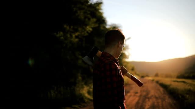 Junger Mann zu Fuß auf einem Wanderweg
