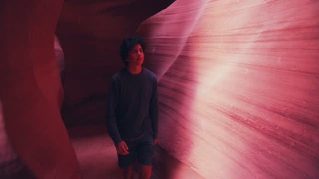 vídeos de stock e filmes b-roll de ws young man walking through slot canyons, antelope canyon - cultura navajo