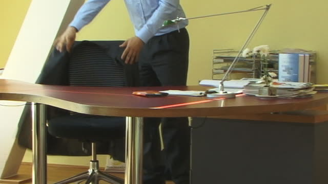 ms, young man walking to desk and working in office - hemd und krawatte stock-videos und b-roll-filmmaterial
