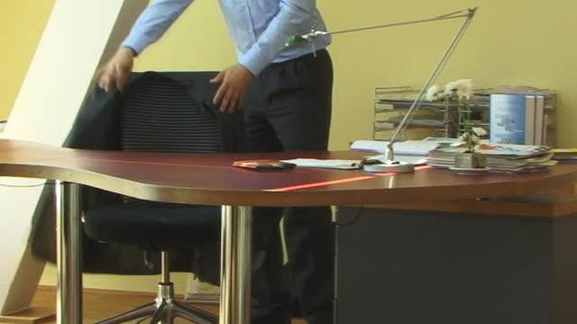 vídeos y material grabado en eventos de stock de ms, young man walking to desk and working in office - camisa y corbata