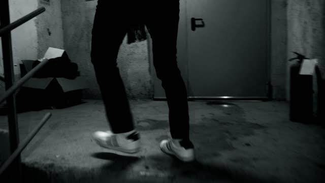 stockvideo's en b-roll-footage met jonge man lopen op de trap - voetafdruk