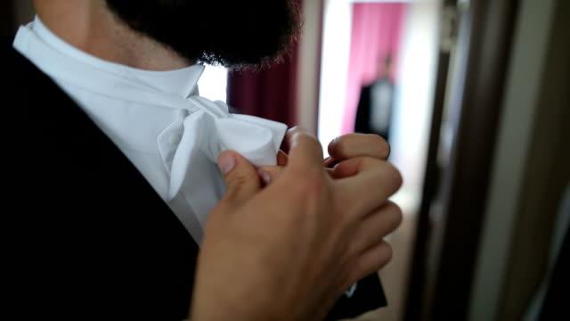 junger mann mit fliege auf hemd - schleife stock-videos und b-roll-filmmaterial