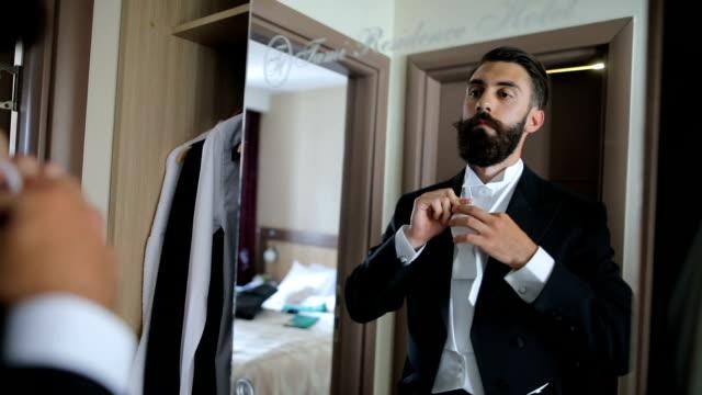vídeos de stock e filmes b-roll de young man wearing bow tie on shirt - riqueza