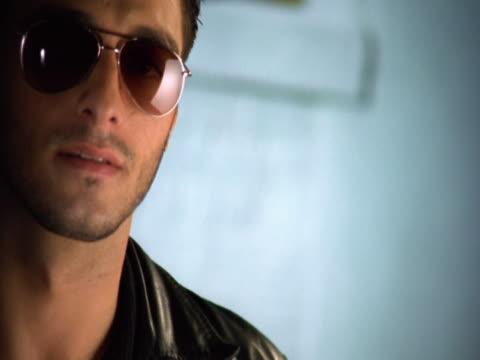 vídeos y material grabado en eventos de stock de young man wearing sunglasses - sólo hombres jóvenes