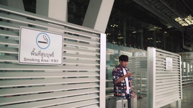 タバコを吸っている若い男 - タバコを吸う点の映像素材/bロール