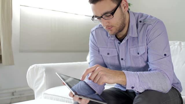 vídeos y material grabado en eventos de stock de hombre joven con tableta digital - a la izquierda de
