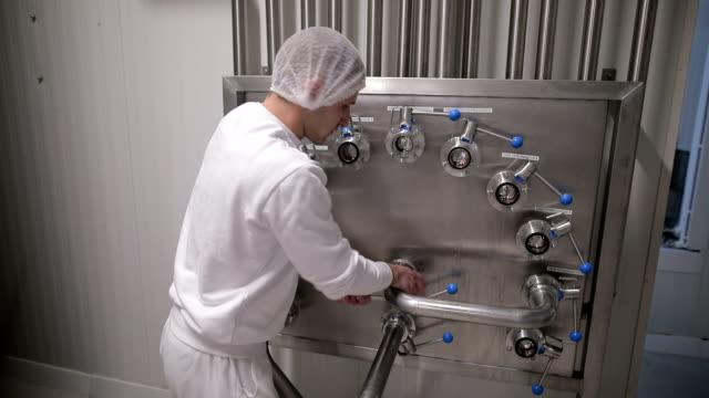vídeos de stock, filmes e b-roll de jovem que trabalha em uma fábrica de alimentos - aço inoxidável