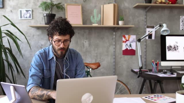junger mann, arbeiten von zu hause aus - arbeitszimmer stock-videos und b-roll-filmmaterial