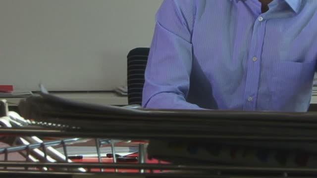 vídeos de stock, filmes e b-roll de cu, tu, young man working in office - só homens jovens