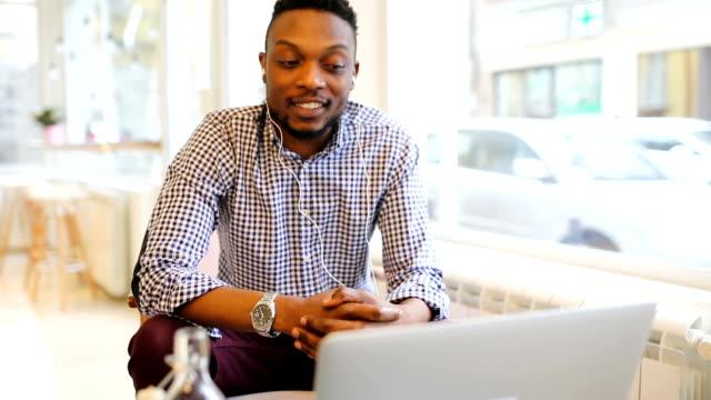 Jonge man aan het werk in de koffiebar