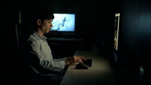 若い男の夜シーン使用コンピューター - desktop pc点の映像素材/bロール