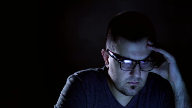 Jonge man aan het werk op computer