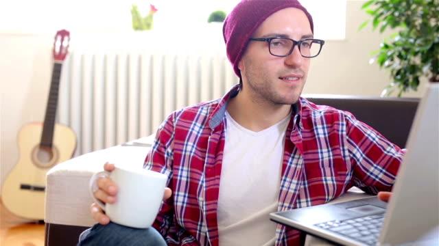 Junger Mann Arbeiten am Laptop zu Hause