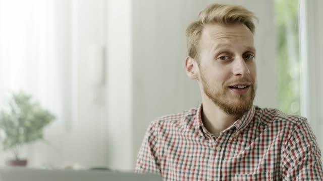 若い男がオフィスでラップトップに取り組んで - カジュアルウェア点の映像素材/bロール